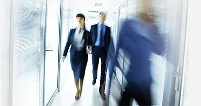 Persone che camminano in un corridoio aziendale
